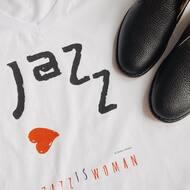 Jazz is Woman ❤️  Bawełniane koszulki z motywem z plakatu Stefana Lechwara to nasza nowość od @ochstore.pl  A kolejna, to ultrawygodne, ręcznie robione buty Dali Shoes od @komfiszu. Dostawa jest bardzo niewielka, więc nie zastanawiacie się zbyt długo! Jeśli potrzebujecie porady odnośnie rozmiaru, to zadzwońcie ☎️ lub napiszcie ✉️ do nas. Chętnie pomożemy! 😊  #mousehouseshop #nowosci #noweprodukty #koszulki #jazziswoman #jazz #komfiszu #butydamskie #polbuty #butyskórzane #multibrand #osmańczyka12 #nawiosne #polskamodaonline