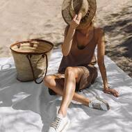 Gaya w kolorze nude i białe espadryle ✨  Wpadnijcie na przymiarki lub zamówcie online na www.mousehouse.pl  #sukienkanalato #letniasukienka #sukienkanaramiączkach #vacayvibes #espadryle #sneakersy #wygodnebuty #mousehouseshop