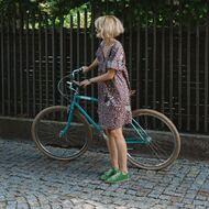 Różowa pantera w zielonych butach na niebieskim rowerze 😄  W tym sezonie znajdziecie u nas mnóstwo kolorowych, oryginalnych ubrań i butów, które świetnie poprawiają humor i sprawiają, że ludzie uśmiechają się do nas na ulicy. Sprawdziłam! 🌈  #mousehouseshop #multibrand #polskamoda #kolorylata #letniestylizacje #sukienka #panterka #miszkomaszko #espadryle #komfiszu #butydamskie #obuwiedamskie  Fot. @edyta.leszczak