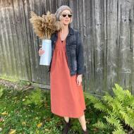 Pięknie wyglada zima za oknem, ale ja jednak wolę wyższe temperatury, słońce i zielony kolor wkoło 🌿 Lubię też tę sukienkę @by_the_moon_official i zamszowe botki @komfiszu ❤️ które są teraz w niższej cenie 😉  #sukienka #bohosukienka #coraldress #botki #botkidamskie #zamsz #mousehouseshop #multibrand #polskamoda